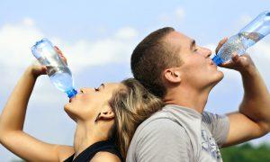 πόσο νερό πρέπει να πίνουμε